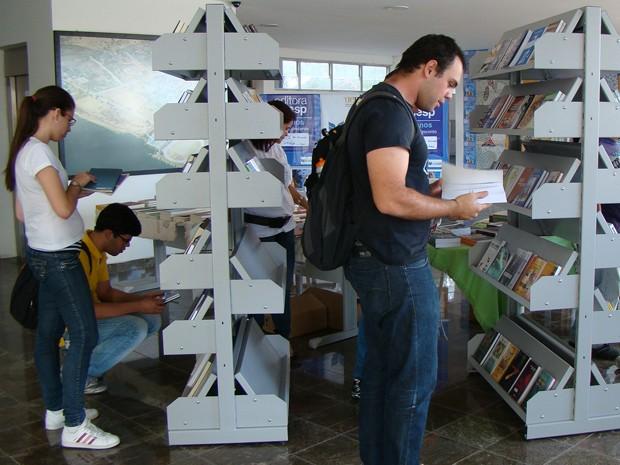 Feira oferece livros universitários no campus de Campina Grande. (Foto: Divulgação/UEPB)