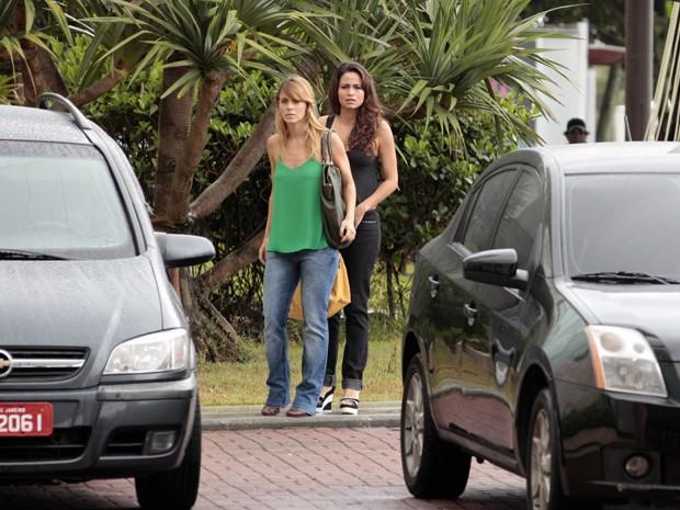 Carol e Nanda gravam cenas de Jéssica e Morena  (Foto: Salve Jorge/TV Globo)