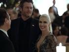 Gwen Stefani, decotada, recebe carinho de Blake Shelton em evento