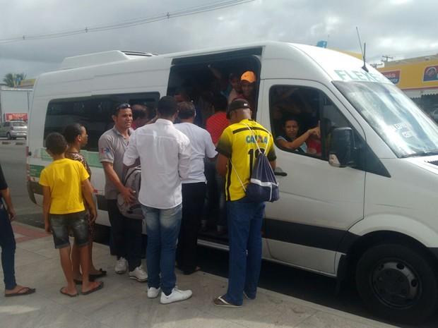 Passageiros recorrem a transportes alternativos (Foto: Marcio Chagas/G1)