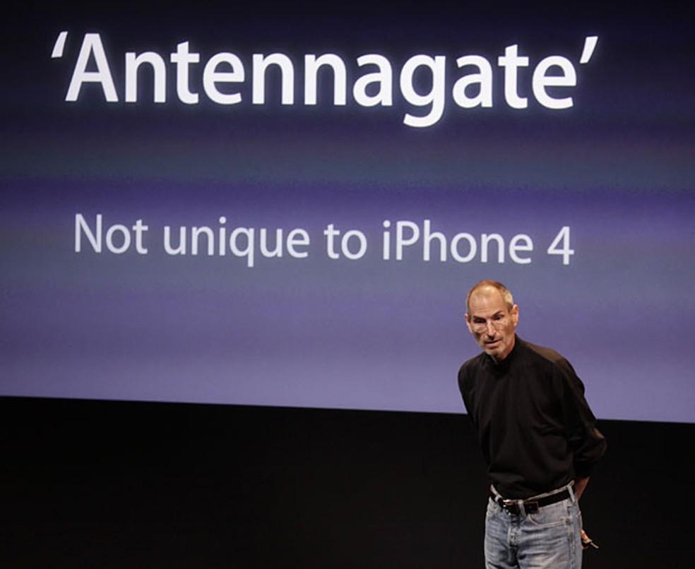 Steve Jobs, ex-CEO da Apple, durante fala para justificar problemas de recepção de sinal no iPhone 4 (Foto: AP )