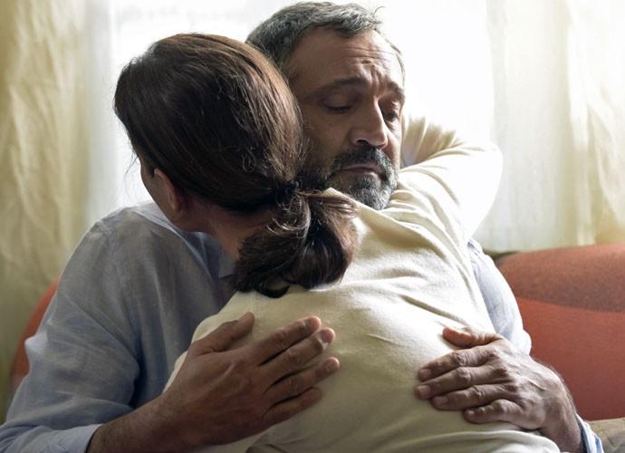Ambientalista é consolado por Luzia (Foto: Raphael Dias/Gshow)