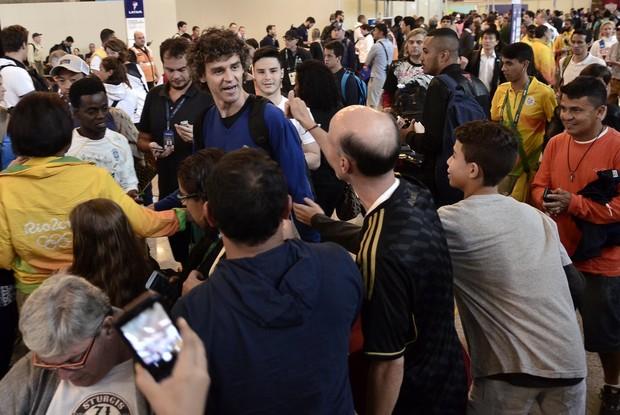 Guga no aeropoto do Galeão (Foto: RobertoTeixeira / Ego)