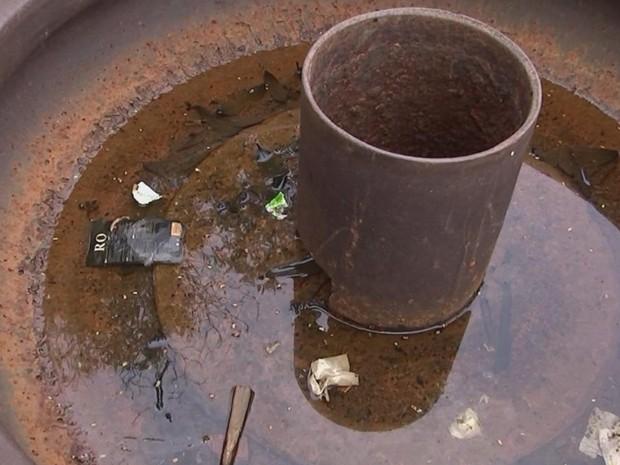 Bebedouro para cavalos está sujo e com água acumulada em praça (Foto: Reprodução/ TV TEM)