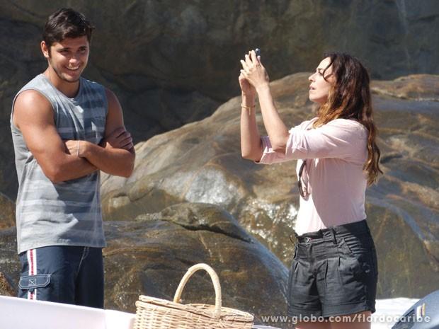 Natália procura sinal no celular (Foto: Flor do Caribe / TV Globo)