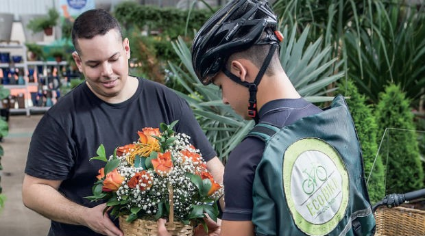 Cristian Trentin (à esq.), da Ecobike: cortesia e uniforme para se destacar pela qualidade (Foto: Anna Carolina Negri)