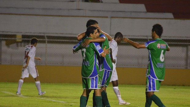 São Domingos comemora a goleada sobre o Sergipe (Foto: João Áquila/GLOBOESPORTE.COM)