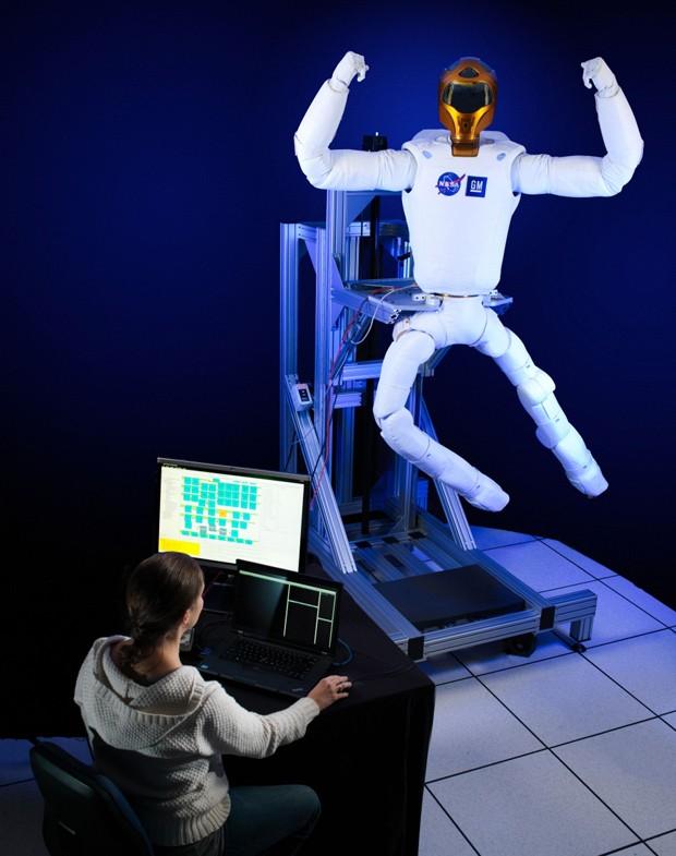 Pernas que serão enviadas para Robonauta 2 são testadas, antes de serem enviadas ao espaço (Foto: Nasa/Divulgação)