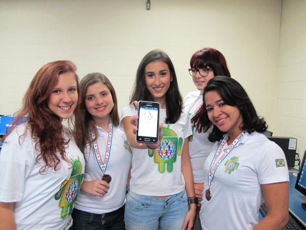 Estudantes criaram aplicativo para unir instituições com voluntários (Foto: Anna Gabriela Ribeiro/G1)