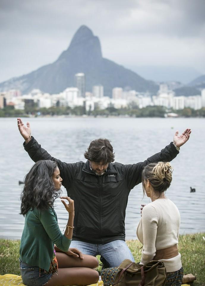 Clique lindo e inspirador do diretor geral Adriano Melo dirigindo Aline Dias e Deborah Secco! (Foto: Raphael Dias/Gshow)