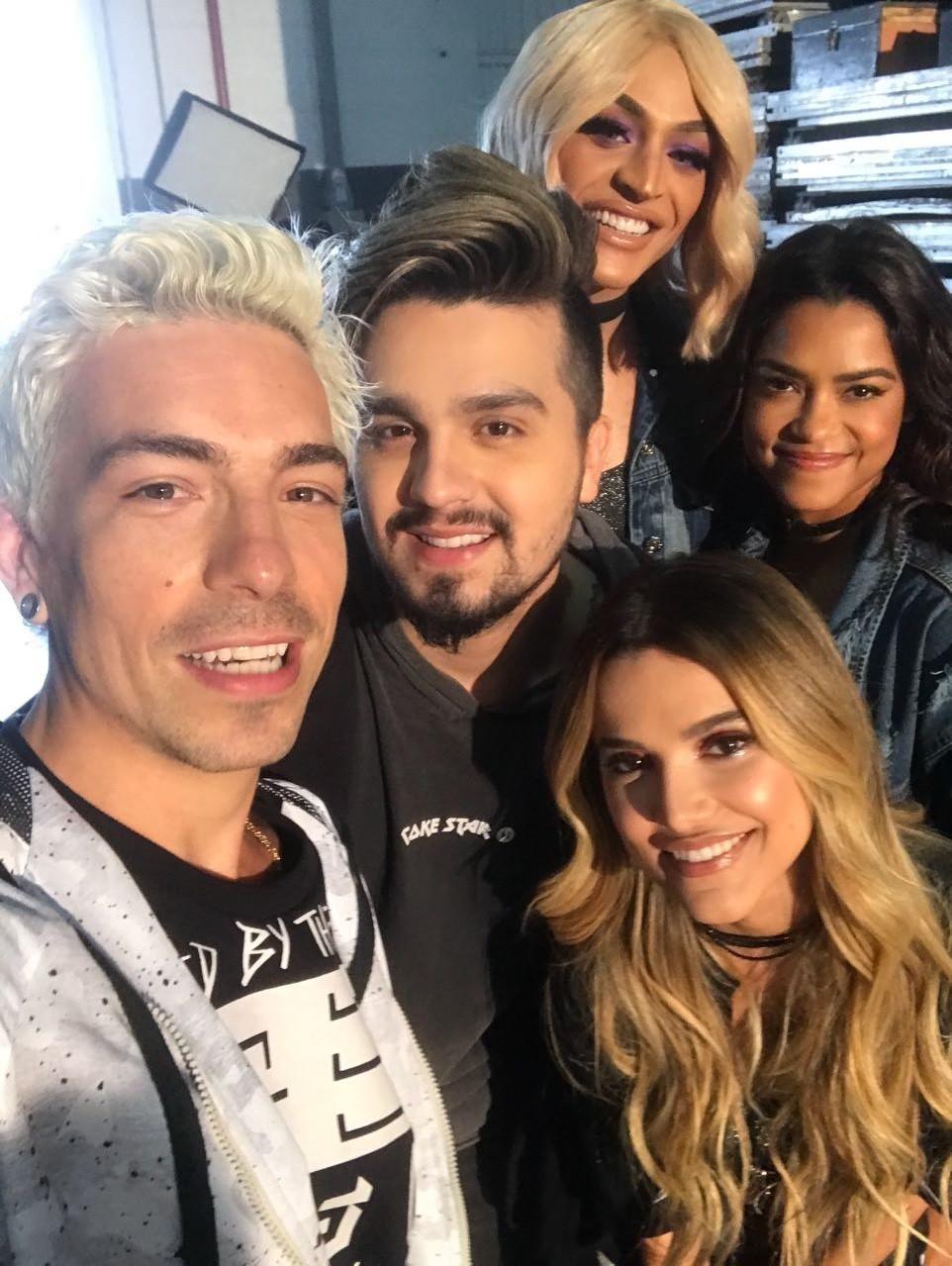 Di Ferrero, Luan Santana, Pabllo Vittar, Manu Gavassi e Lucy Alves marcaram o encontro com uma selfie (Foto: Reproduo/Instagram)