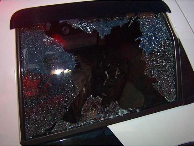 Pedra quebrou vidro de viatura da PM em Ribeirão Preto (Foto: Cesar Tadeu/EPTV)