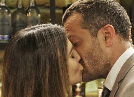 Tamara se insinua para Apolo e o surpreende com um beijo