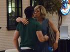Claudia Raia beija o namorado durante jantar no Rio