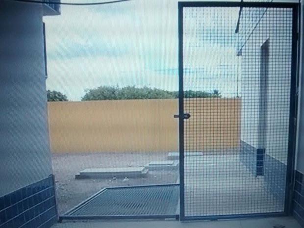 Secretário quebrou portas, portões e janelas da escola (Foto: Reprodução/Inter TV Cabugi)