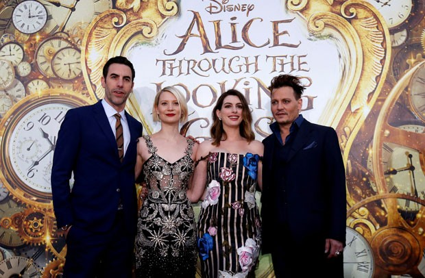 Sacha Baron Cohen, Mia Wasikowska, Anne Hathaway e Johnny Depp participam de lançamento de filme 'Alice Através do Espelho' (Foto: Mario Anzuoni/Reuters)