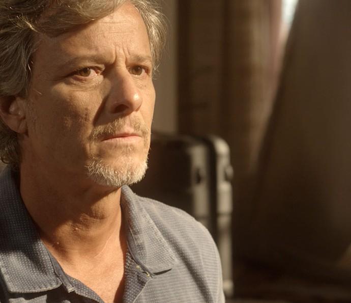 Vittorio tem uma lembrança que o faz voltar ao passado (Foto: TV Globo)
