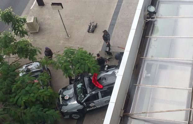 Internauta Amanda dos Santos Lima registrou a polícia levando o robô para o local do objeto suspeito (Foto: Amanda dos Santos Lima/VC no G1)