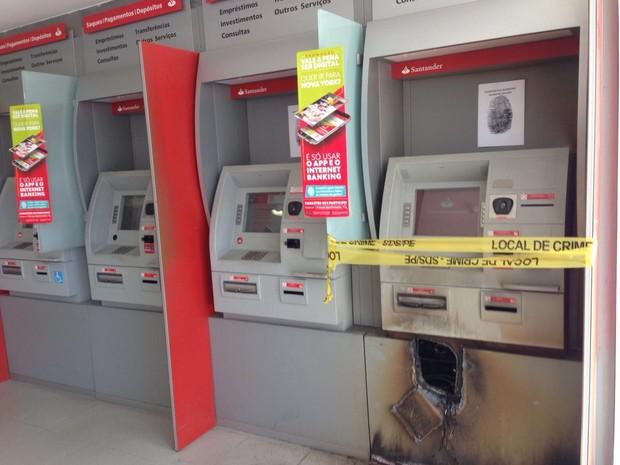 Bandidos usam maçarico para arrombar caixa eletrônico em Olinda (Foto: Augusto César/TV Globo)