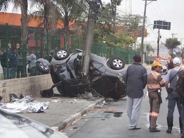 SP - ACIDENTE/ZONA LESTE/MORTOS - GERAL Movimentação de policiais após um acidente na Marginal Tietê, próximo à ponte do Tatuapé e no sentido do bairro da Lapa, em São Paulo, que deixou três pessoas mortas por volta das 4h da madrugada deste sábado (12).  (Foto: MARIO ÂNGELO/SIGMAPRESS/ESTADÃO CONTEÚDO)