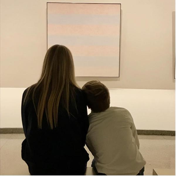 Gwyneth Paltrow com o filho em um museu (Foto: Instagram)