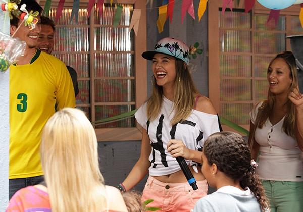 Fatinha na inauguração da creche (Foto: TV globo/Malhação)