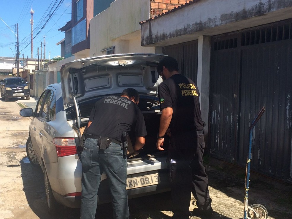 Pliciais federais recolhem material durante Operação Hoder, em Maceió (Foto: Carolina Sanches/G1)