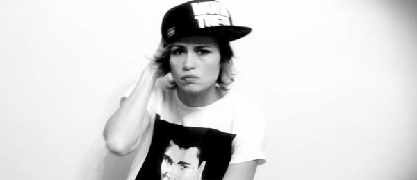 Na letra do clipe de 'Me Erra', Nanda responde aos boatos sobre relação com Emanuelle Araújo (Foto: Reprodução)