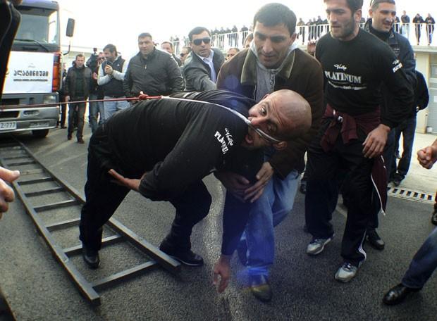 Por recorde, Lasha Pataraia puxou caminhão de oito toneladas com orelha. (Foto: Irakli Gedenidze/Reuters)