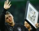 Schweinsteiger se despede da seleção alemã com choro, selfie e vitória