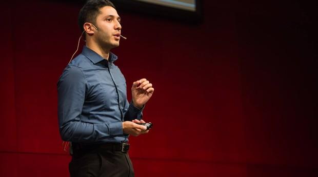 Abdulrahman AlAshraf apresenta seu pitch durante o European Youth Awards, em 2016 (Foto: Divulgação)