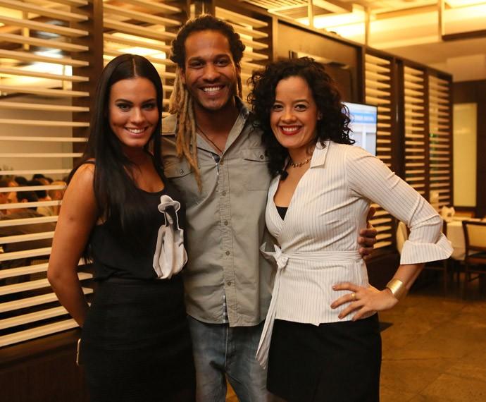 Elenco unido! Leticia Lima, Amaurih Oliveira e Maeve Jinkings posam juntos (Foto: Raphael Dias/Gshow)