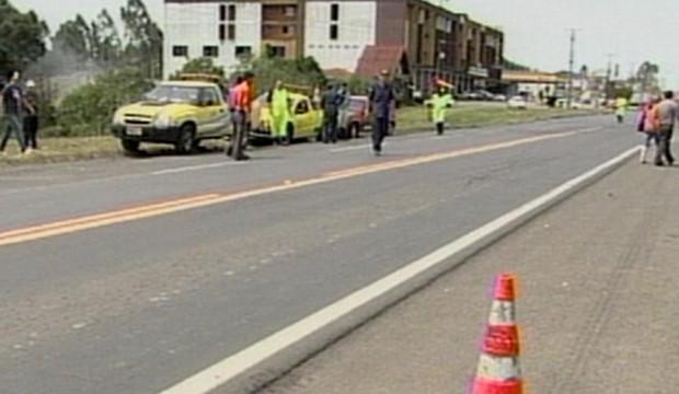 Mulher de 24 anos morreu após colisão com caminhão (Foto: Reprodução/RBS TV)