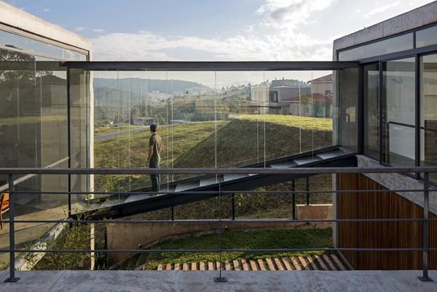 Casa de concreto é totalmente integrada com a natureza (Foto: apiacas arquitetos¶2013)