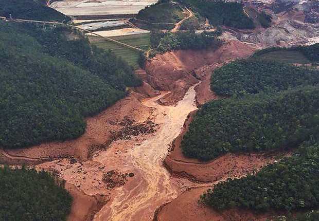 Distrito de Bento Rodrigues (MG) devastado pela lama após o rompimento da barragem da mineradora Samarco em Mariana (Foto: Corpo de Bombeiros/MG)