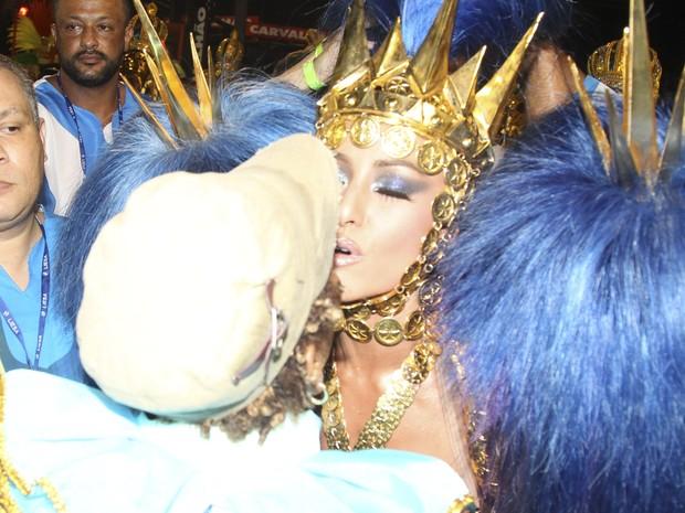 Sabrina Sato dando selinho em Matnália (Foto: Manuela Scarpa e Rafael Cusato/Brazil News)