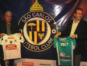 Carlos Antunes (esquerda) e Julio Cesar Bianchim (direita) apresentam novo símbolo do São Carlos (Foto: Rovanir Frias/ AI São Carlos)