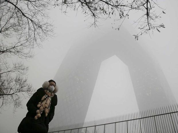 Mulher usa máscara par se proteger da poluição em Pequim (Foto: Damir Sagolj / Reuters)