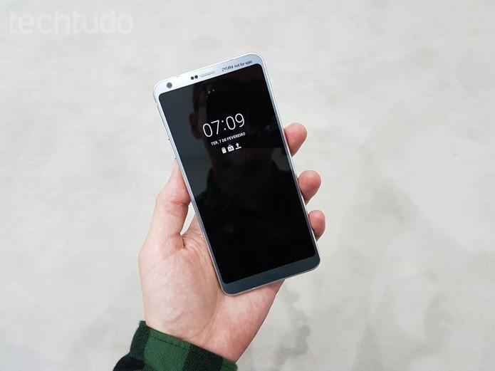 LG G6 adotou nova tela Full View com proporção de 19:8 (Foto: Thassius Veloso/TechTudo)