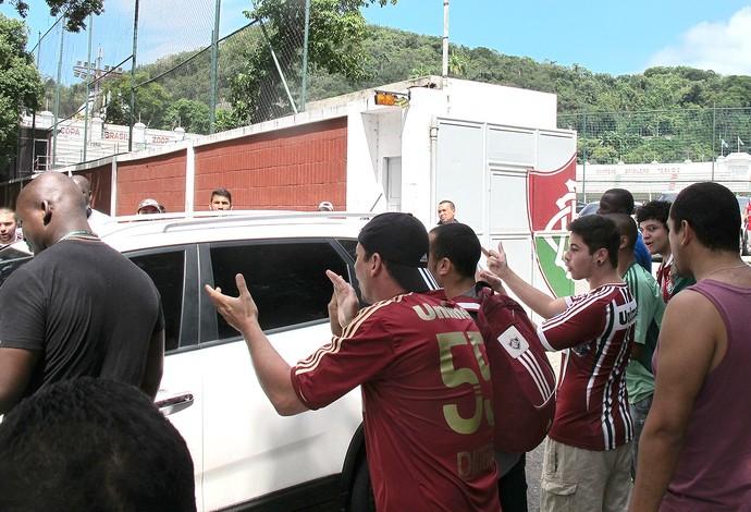 protesto da torcida do Fluminense em Laranjeiras (Foto: Hector Werlang)
