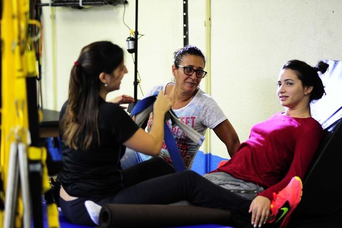 Lais Souza na fisioterapia com a mãe Odete Vieira (Foto: Marcos Ribolli)