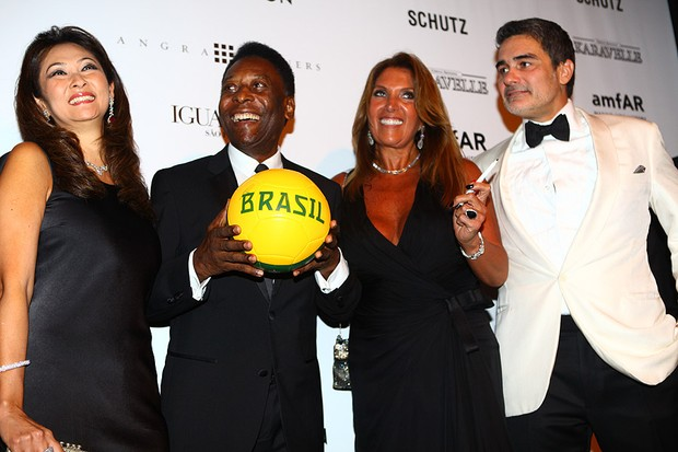 Pelé autografa bolo no baile da amfAR (Foto: Iwi Onodera)