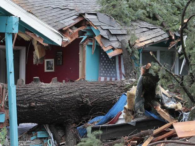 Tempestade destruiu casas e causou alagamentos em Portland, no Oregon (Foto: Steve Dipaola/AP)