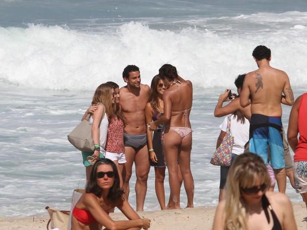 Fred, jogador da seleção, tira fotos com fãs (Foto: Wallace Barbosa/AgNews)