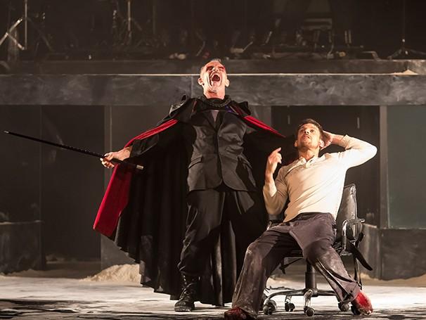 Na peça, uma banda de rock rege os atores, que fazem mágica, cantam e dançam  (Foto: Humberto Araújo)
