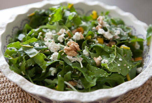 Salada verde com nozes e queijo de cabra (Foto: Blog da Mimis)