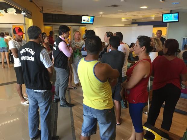 Equipe de fiscalização do Procon verificando atendimento bancário (Foto: Procon)
