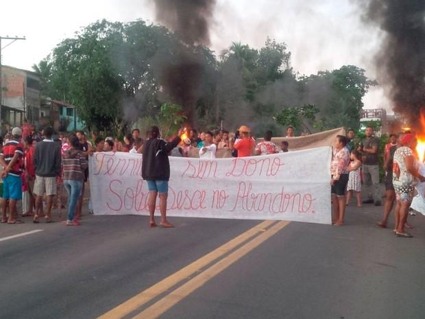 Protesto bloqueia rodovia estadual na manhã desta terça-feira (17) (Foto: Divulgação/ Bahia Norte)