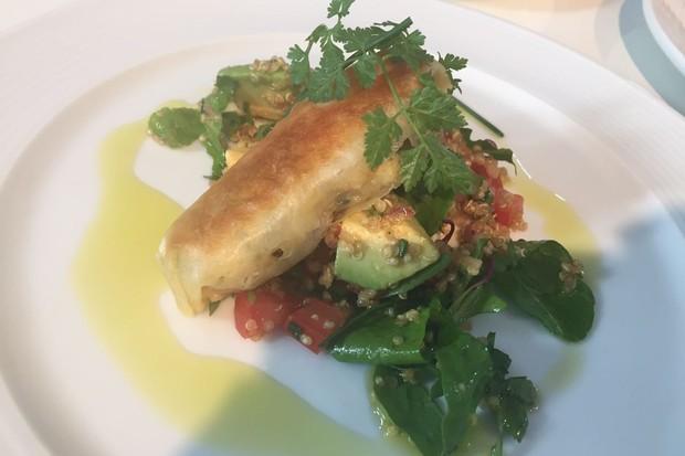 A salada de quinoa com abacate e crocante oriental de camarão do chef Érick Jacquin (Foto: Divulgação)