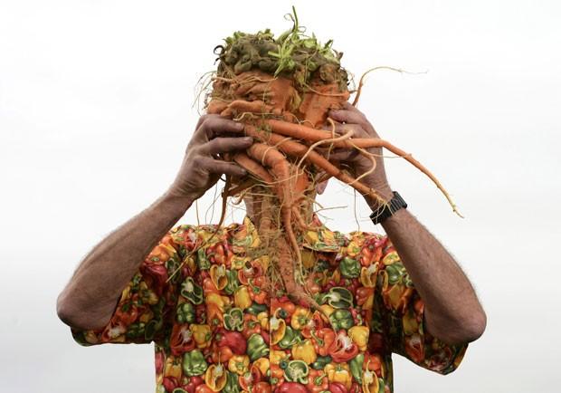 Britânico Ian Neale, de Newport, segura cenoura de 6,5 quilos (Foto: Nigel Roddis/Reuters)